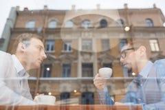 Associés se réunissant au déjeuner en café Images stock