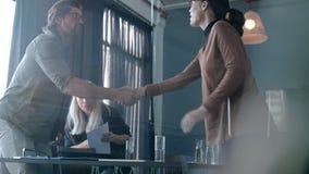 Associés se serrant la main après la réunion productive clips vidéos