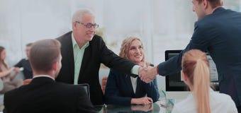 Associés se serrant la main après une transaction réussie Photo stock
