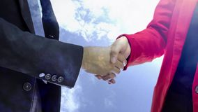 Associés se serrant la main le concept banque de vidéos