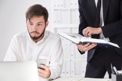 Associés travaillant avec l'information dans le bureau Images stock