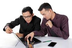 Associés travaillant avec l'ordinateur portable images stock