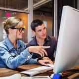 Associés travaillant ensemble dans le bureau Image libre de droits