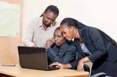 Associés travaillant sur un ordinateur portable Photo stock