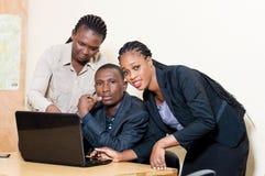 Associés travaillant sur un ordinateur portable Photographie stock