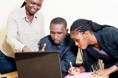 Associés travaillant sur un ordinateur portable Images libres de droits