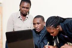 Associés travaillant sur un ordinateur portable Photographie stock libre de droits