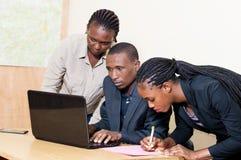 Associés travaillant sur un ordinateur portable Photos libres de droits