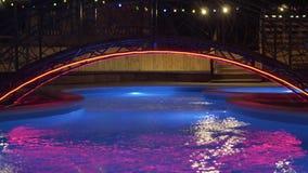 Associação com iluminação da noite, que muda a cor Associação exterior com água fria Piscina da noite com ilumina??o video estoque