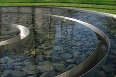 Associação de água refletindo de aço inoxidável circular Imagens de Stock Royalty Free