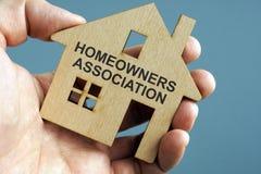 Associação de proprietário HOA escrita em um modelo da casa imagens de stock