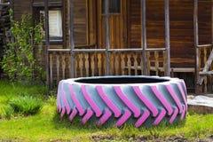 A associação de uma tampa velha do pneu Imagens de Stock Royalty Free