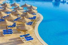 A associação, guarda-chuvas de praia e o Mar Vermelho em Egipto Foto de Stock Royalty Free