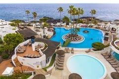 Associação na ilha de Tenerife - Espanha amarela Hotel de quatro estrelas em Tenerife Grande piscina no hotel Foto de Stock Royalty Free
