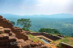 Associação no complexo real do palácio do jardim na parte superior da rocha ou do Lion Rock de Sigiriya perto de Dambulla em Sri  fotografia de stock royalty free