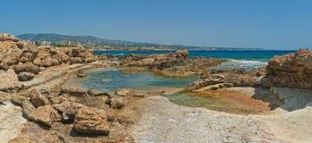 Associação pequena com a água do mar cercada por rochas Imagens de Stock Royalty Free