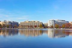 A associação refletindo do Capitólio no Washington DC no por do sol no outono Fotografia de Stock Royalty Free