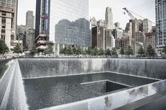 Associação refletindo no memorial de 9/11 Imagem de Stock