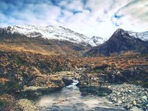 Associações e cachoeiras dentro do dia nebuloso em Escócia Água fria Fotografia de Stock Royalty Free