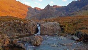 Associações feericamente no outono em Glenbrittle no pé das montanhas pretas de Cuillin, ilha de Skye filme