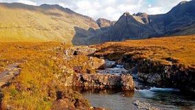 Associações feericamente no outono em Glenbrittle no pé das montanhas pretas de Cuillin, ilha de Skye video estoque