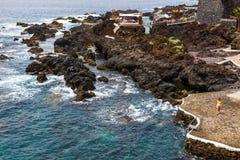 Associações vulcânicas naturais visitadas por turistas em Garachico, ilha de Tenerife, canário, Imagem de Stock