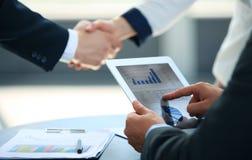 Associados de negócio que agitam as mãos Fotografia de Stock Royalty Free