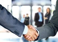 Associados de negócio que agitam as mãos fotos de stock royalty free