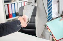 Associados de negócio que agitam as mãos imagem de stock royalty free