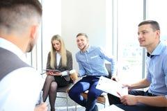 Associados de negócio que discutem o projeto novo imagem de stock royalty free