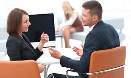 Associados de negócio que falam em uma mesa imagens de stock royalty free