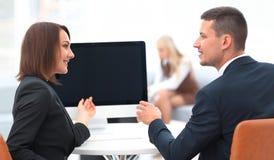 Associados de negócio que falam em uma mesa fotos de stock royalty free