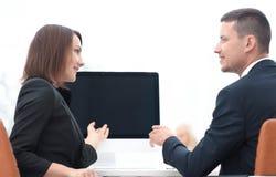 Associados de negócio que falam em uma mesa foto de stock royalty free