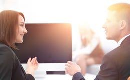 Associados de negócio que falam em uma mesa fotos de stock