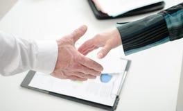Associados de negócio que preparam-se para agitar as mãos imagem de stock