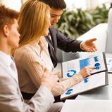 associates blond business her laptop one showing team to woman working Στοκ φωτογραφία με δικαίωμα ελεύθερης χρήσης