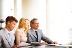 associates blond business her laptop one showing team to woman working Στοκ φωτογραφίες με δικαίωμα ελεύθερης χρήσης