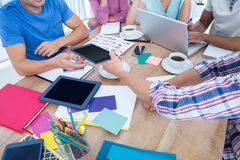 associates blond business her laptop one showing team to woman working Στοκ εικόνα με δικαίωμα ελεύθερης χρήσης