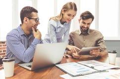 associates blond business her laptop one showing team to woman working Στοκ εικόνες με δικαίωμα ελεύθερης χρήσης