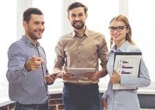 associates blond business her laptop one showing team to woman working Στοκ Εικόνες