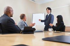 associates som ger manpresentation till royaltyfri foto