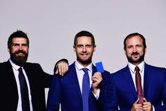 Association et stabilité actuelles de cadres Hommes d'affaires avec les visages de sourire photographie stock libre de droits