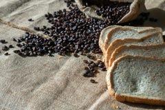 Associazione del chicco di caffè e del pane Fotografie Stock Libere da Diritti