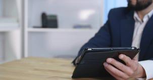 Associazione dell'uomo d'affari che parla facendo uso dell'ufficio digitale di collaborazione della compressa video d archivio