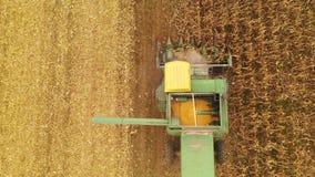 Associazione di agricoltura della mietitrice dell'azienda agricola che riunisce il campo dell'agricoltore dei raccolti video d archivio