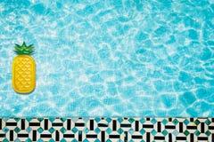 Associe o flutuador, anel que flutua em uma piscina azul de refrescamento com sombras da folha da palmeira na água ilustração do vetor