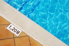Associe o sinal da profundidade na borda da piscina fotografia de stock