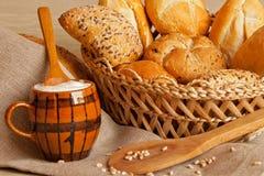 Assoerted chleb w koszu i jogurcie Zdjęcia Stock