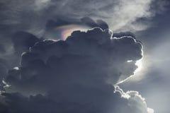 Assomigliare di forma della nuvola alla testa di cane Immagini Stock