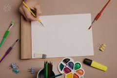 Assorba lo sketchbook Vista superiore dell'area di lavoro creativa dell'artista Fondo di pittura, cancelleria di arte immagini stock